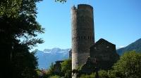 Festungsturm in Mals und Tschenglser Hochwand im Hintergrund