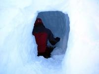 Heiko gräbt die Schneehöhle