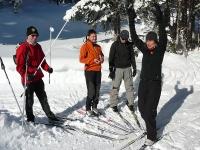 Der Skilehrer droht schon wieder mit dem Stock