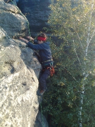 Tina klettert am Bundesfels